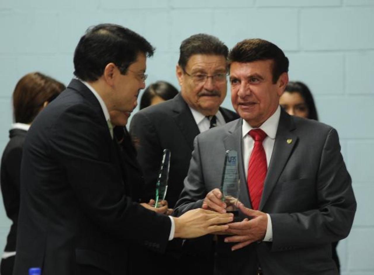 El licenciado Julio Rivas entregó el reconocimiento al Dr. Víctor Silhy por apoyar la educación. Foto edh / Miguel Villalta