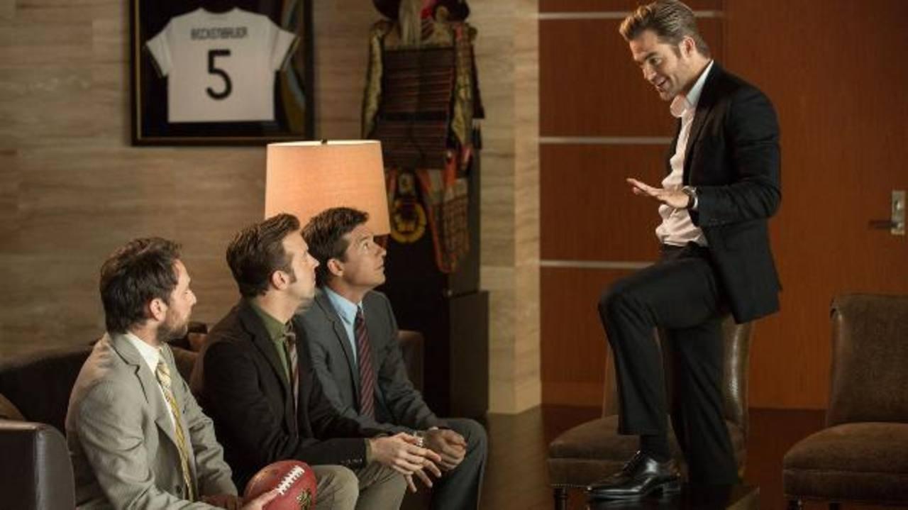 """Los actores Jason Bateman, Jason Sudeikis, Charlie Day y Chris Pine en una escena de la película """"Quiero matar a mi Jefe 2"""", a exhibirse desde hoy en el país."""