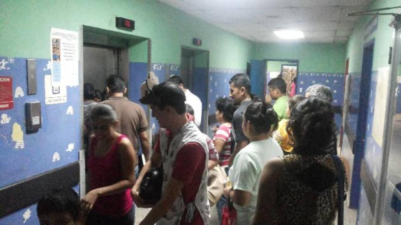 Varias personas tratan de subirse a uno de los elevadores del hospital Bloom. Foto EDH / Yamileth Cáceres
