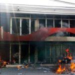 Maestros mexicanos incendian Congreso estatal en protesta por desapariciones