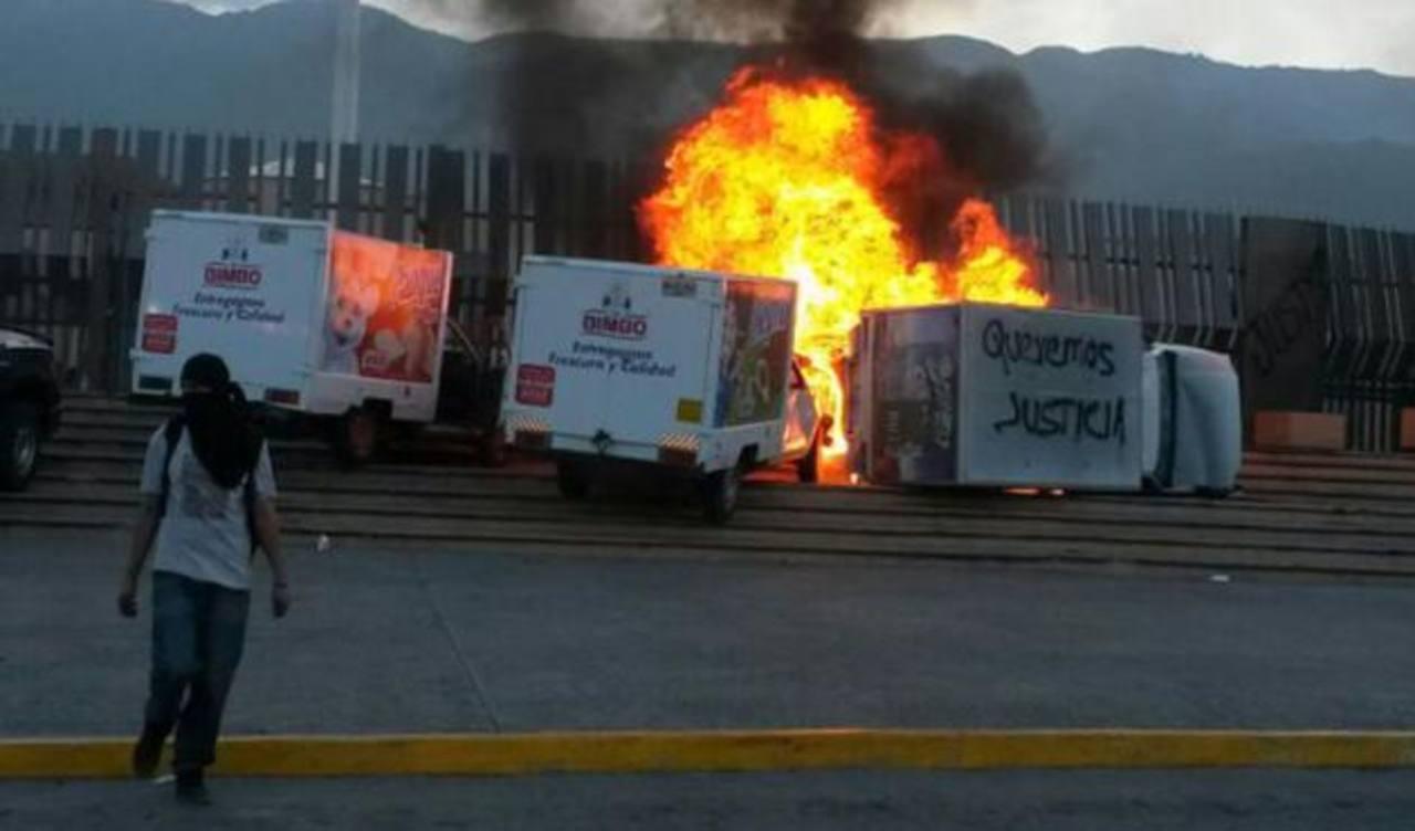 El edificio del Palacio de Gobierno ya había sido atacado el pasado mes por los estudiantes, quienes tampoco aceptan el nombramiento del nuevo gobernador, Rogelio Ortega, quien entró a sustituir a Ángel Aguirre.
