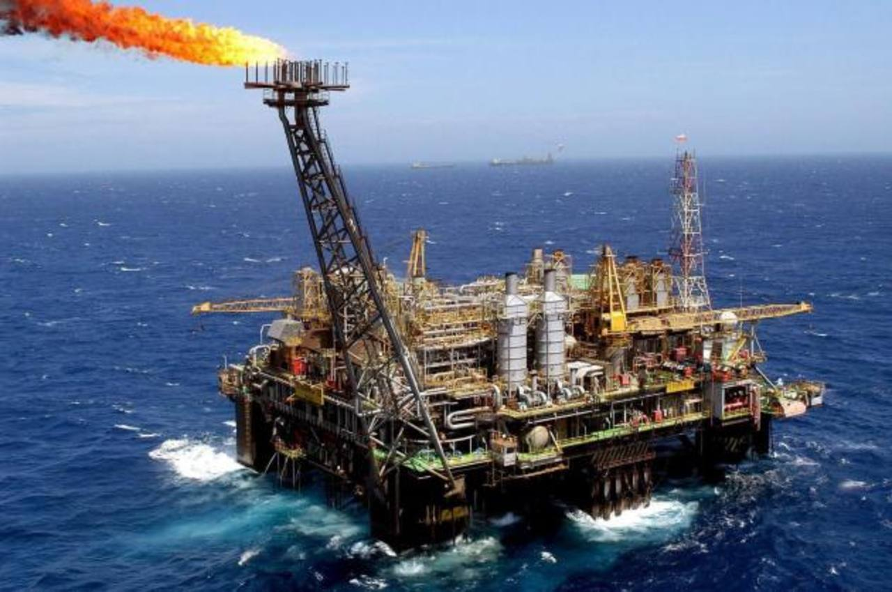 Los precios del petróleo bajaron pese a que los analistas esperan una caída de 800,000 barriles en los inventarios de crudo estadounidense. Foto EDH