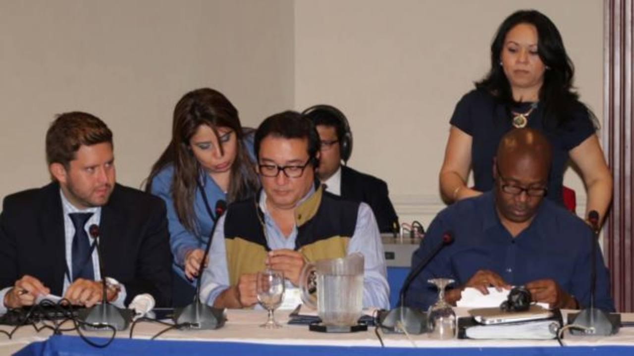 El Fiscal Luis Martínez y representantes del Gafic durante las discusiones previas de ayer. Foto EDH EDH / Cortesía FGR