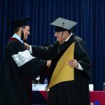 El rector de la USAM, Dr. César Augusto Calderón, entregó el título al Dr. Alfredo Martínez Moreno. Foto EDH / JORGE REYES
