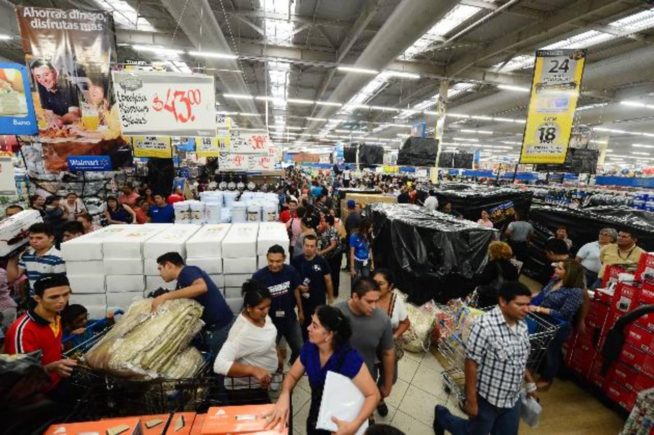 El área de tecnología lució más abarrotada por los ansiosos clientes. Foto EDH / Ericka Chávez. En la mercadería en general el cliente podrá encontrar descuentos entre el 20 % y el 40 %. Foto EDH