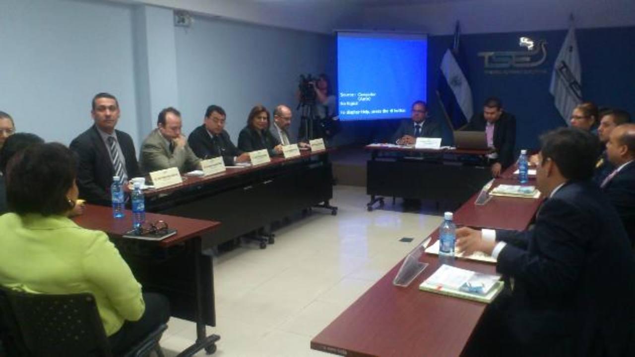 """Magistrados del TSE (izquierda) durante la audiencia en el primer caso de supuesta campaña adelantada. Foto edh / JOSÉ zometaEn la publicidad, denunciada por el FMLN, el partido ARENA exponía los """"fracasos"""" que a su juicio se habían cometido en el go"""