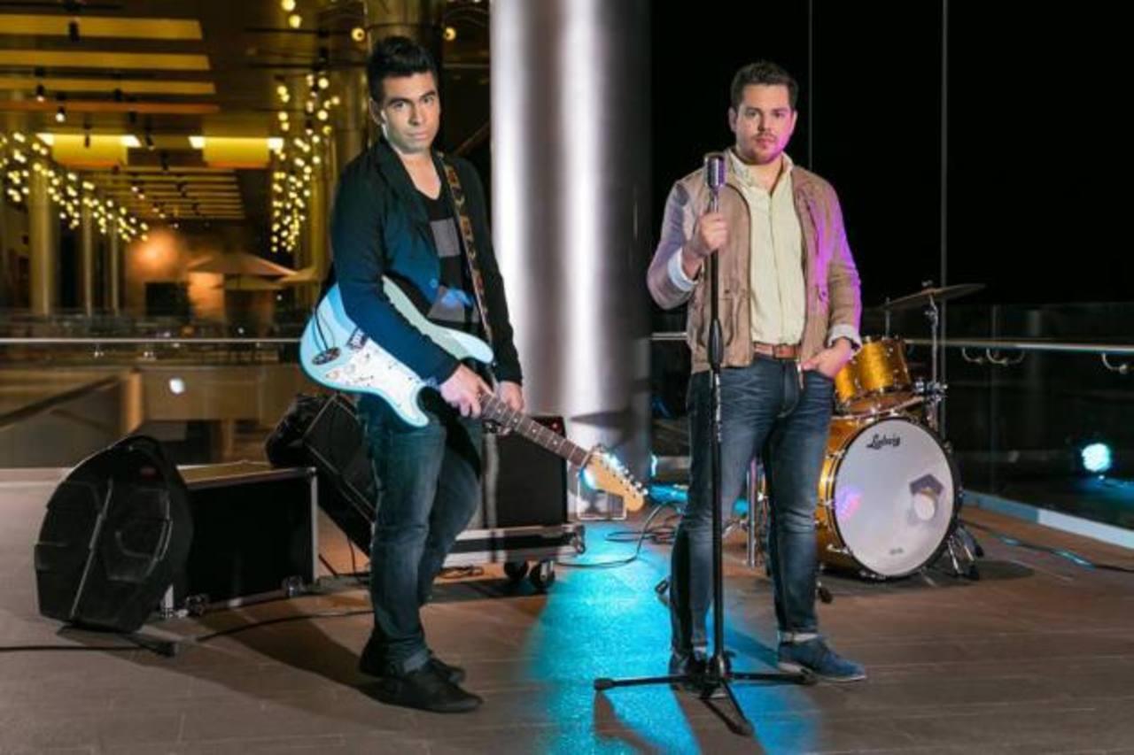 Eterno Viernes está conformado por los músicos Xavi Barrios (vocalista) y Rick Cea (guitarrista).