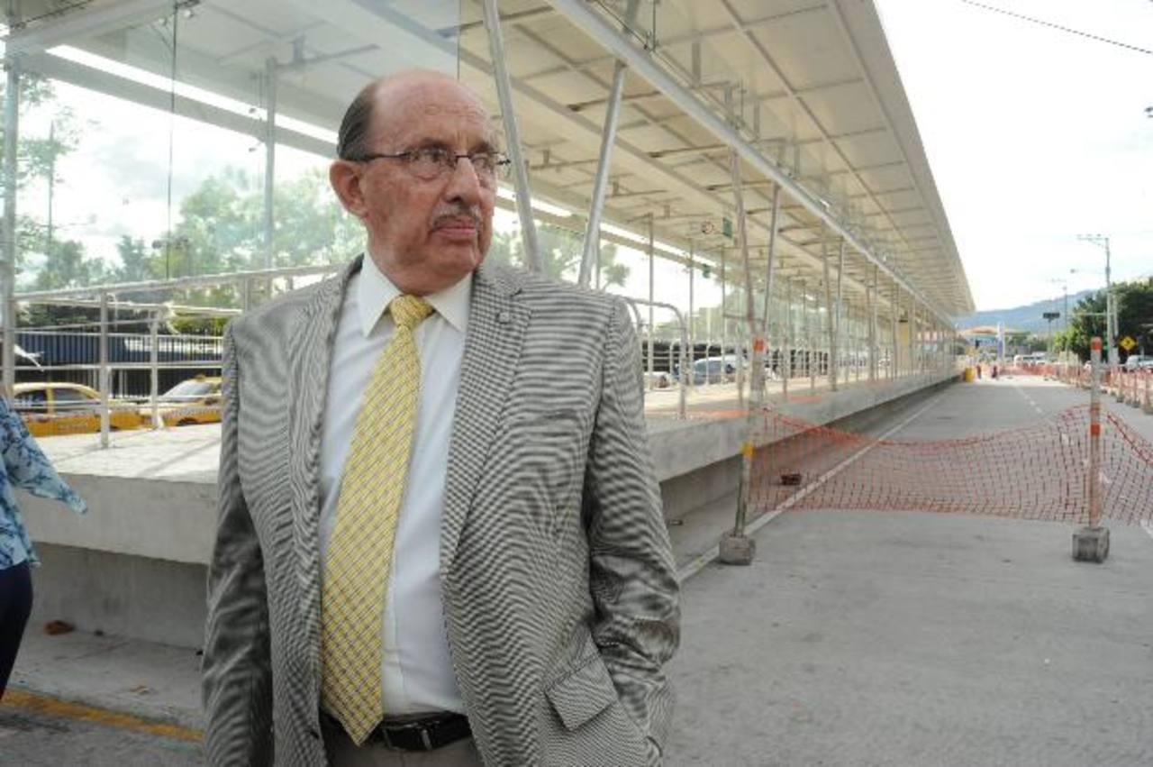 Valiente visitó la estación del Sitramss frente al hospital Médico Quirúrgico. Foto EDH / L. Monterrosa.