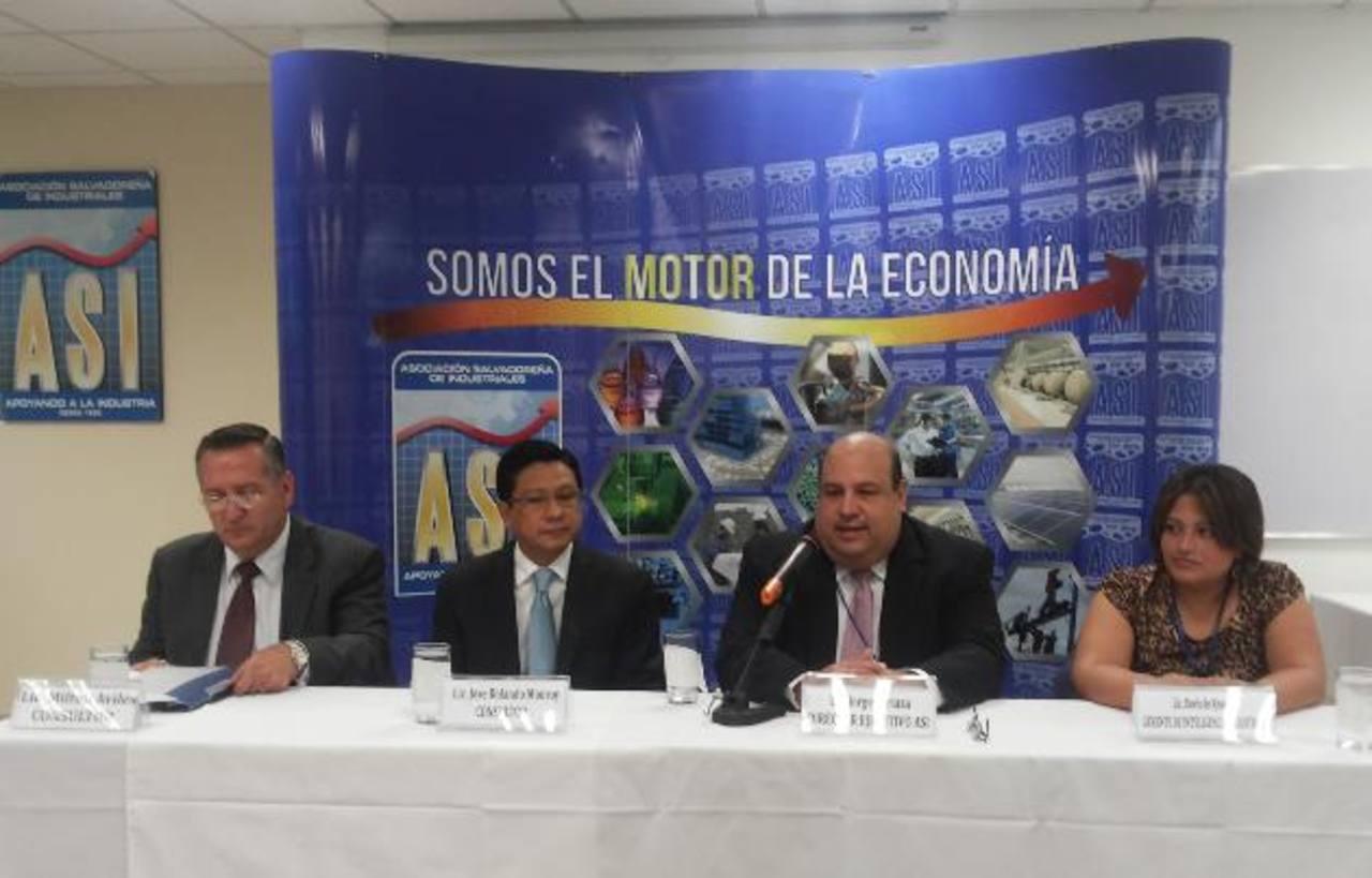 Representantes de ASI y asesores hablaron de las dudas que aún persisten con la Ley y sus reformas. FOto edh/ m. Reyes