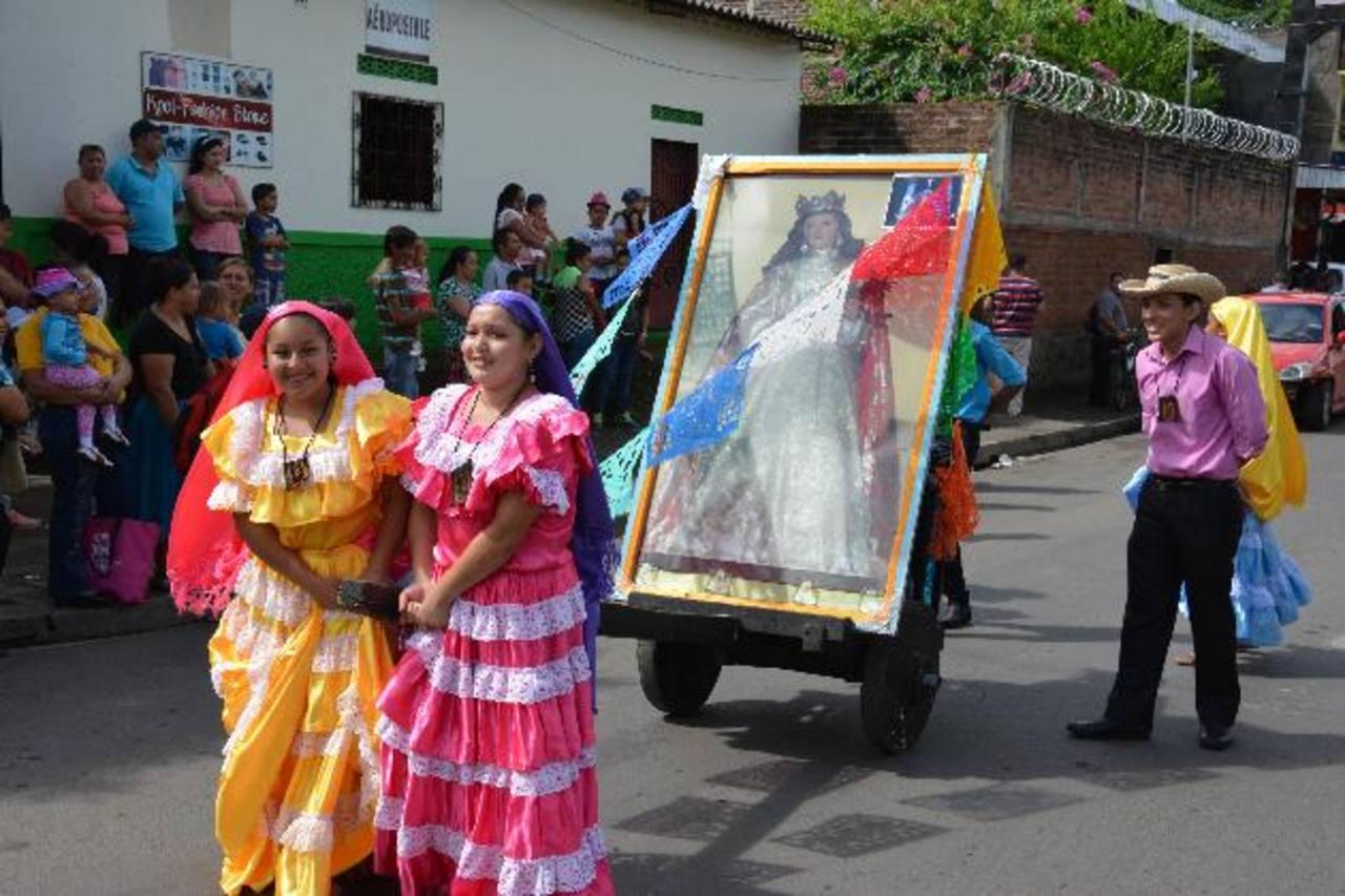 Jóvenes cargaron la imagen de su patrona, Santa Catalina de Alejandría, en el desfile de correo de la cabecera de Usulután.foto edh / CARLOS SEGOVIA.