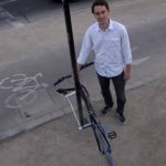 """Cristobal Cabello posa junto a un prototipo de bicicleta inrobable, llamada """"Proyecto Yerka"""". foto edh"""
