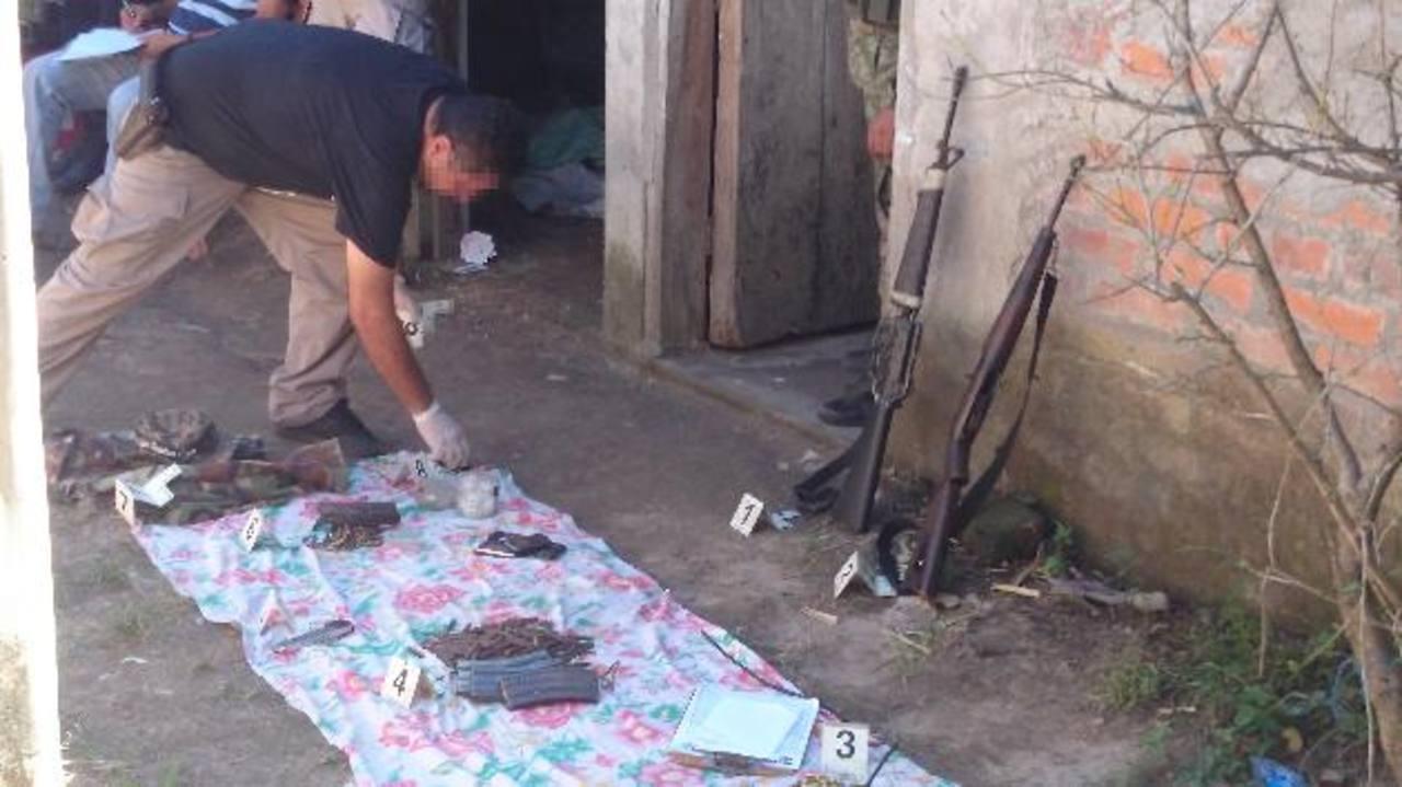 Armas, pertrechos militares y policiales, así como droga, decomisados ayer por elementos militares.