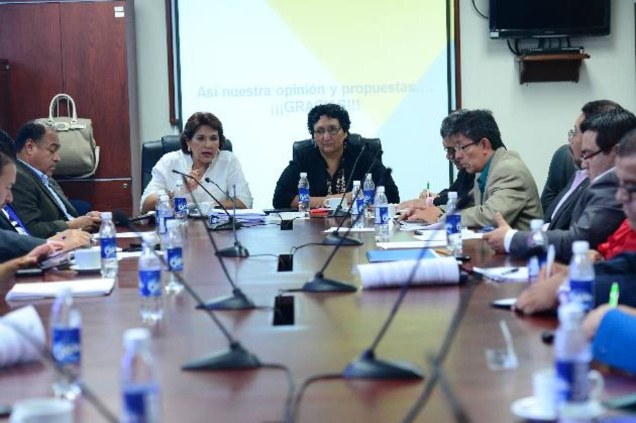 En la imagen diputados de la Comisión de Hacienda de la Asamblea en sesión de trabajo ordinaria. foto edh / archivo