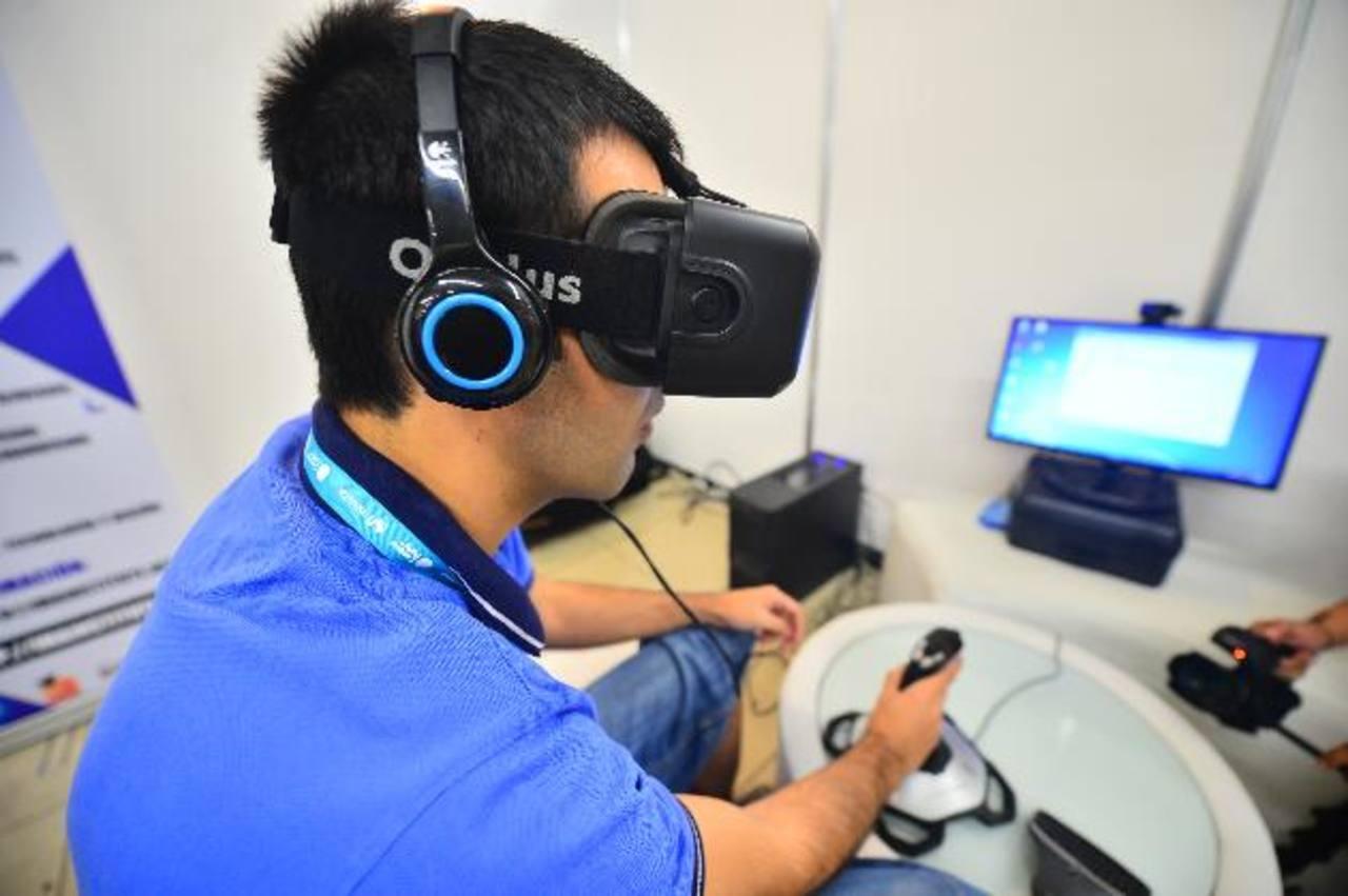 Un equipo de realidad virtual, tomó protagonismo durante la inauguración. Los asistentes pueden experimentar con este dispositivo. Cientos de jóvenes hicieron fila para entrar al Campus Party desde tempranas horas del jueves. Los campuseros permanece