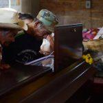 Amigos de la familia de Paula Jorge Vega lloran frente a su ataúd ayer durante la vela. Fotos EDH / Lissette Lemus.
