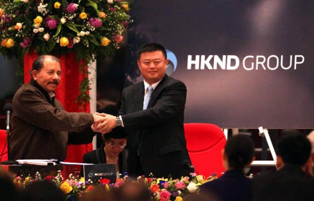 El sandinista Daniel Ortega (i) saluda al presidente de la compañía china HK Nicaragua Canal Development Investment Co. Limited (HKND Group), Wang Jing (d). foto edh / efe