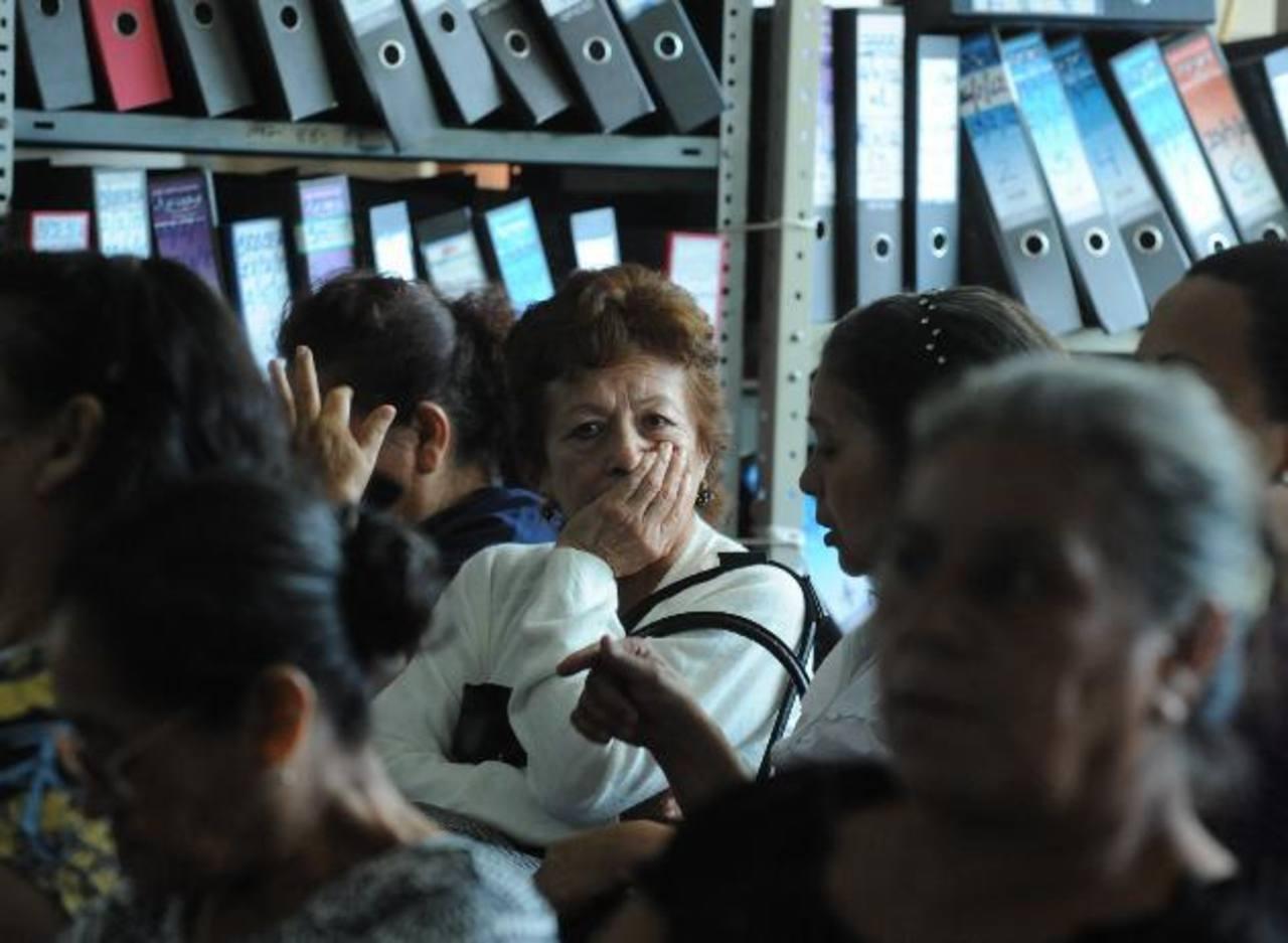 Fundaungo advierte que los salvadoreños que cotizan en las AFP podrían dejar de ganar hasta un 25 % de sus ahorros, si no se corrigen las fallas del SAP. foto archivo edh.