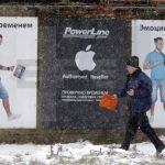 Un peatón pasa ante una valla publicitaria de Apple en Moscú. La compañía estadounidense ha achacado su decisión de dejar de vender sus productos vía online al país a las circunstancias económicas adversas que atraviesa Rusia.