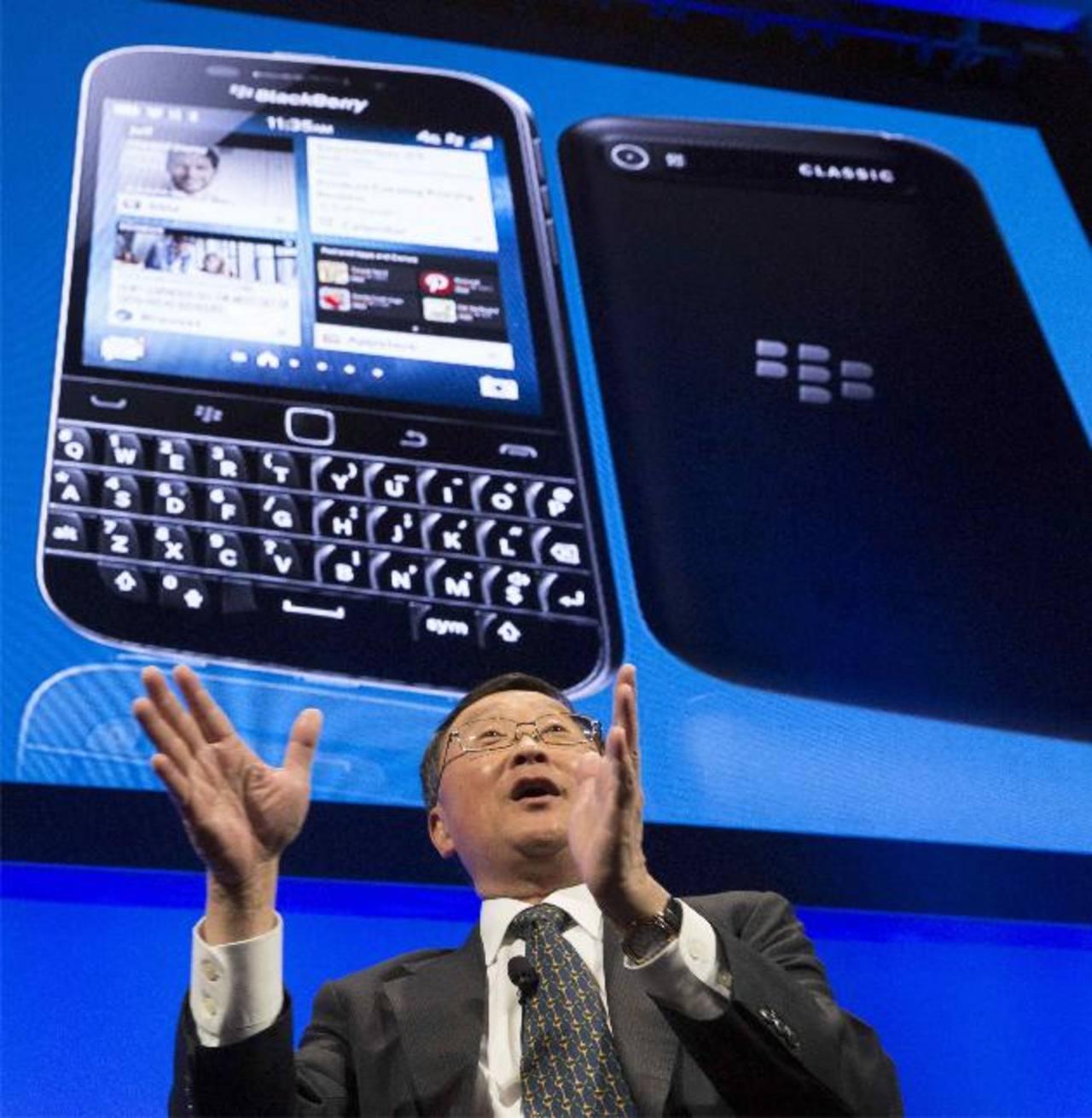 El presidente ejecutivo de Blackberry, John Chen, responde preguntas durante el lanzamiento, esta mañana, del nuevo modelo Classic.