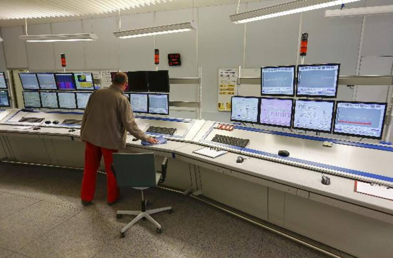 Un operador en el cuarto de controles de la planta de cemento de Holcim en Suiza. La compañía planea formalizar la fusión con la francesa Lafarge al cierre de febrero 2015.