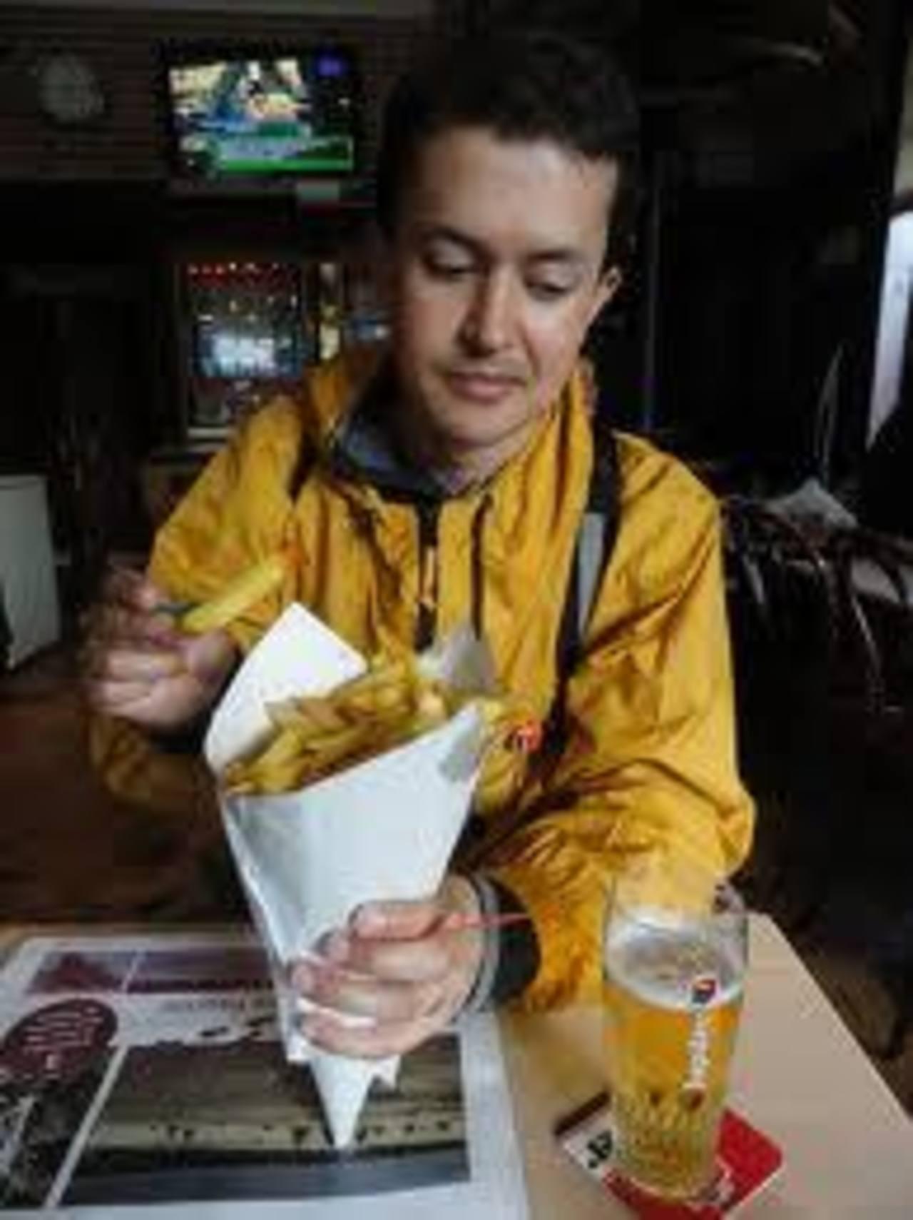 """Las papas fritas belgas se venden tradicionalmente en un """"fritkot"""", un establecimiento pequeño o un remolque, y se entregan al consumidor en un cono de papel."""