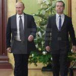 El presidente ruso, Vladímir Putin (i) y su primer ministro Dmitri Medvédev (d) asistieron al consejo de ministros celebrado en Moscú, Rusia el 25 de diciembre de 2014.