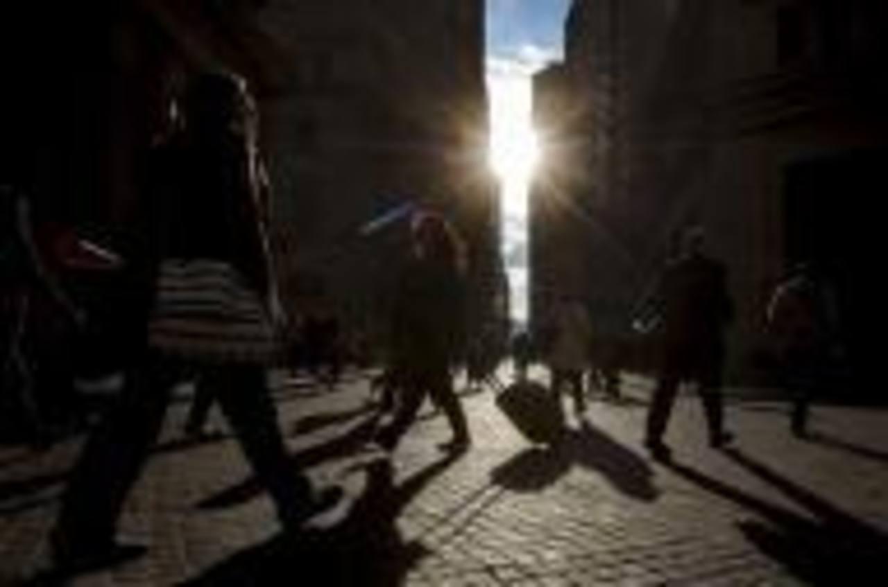 Los datos de una encuesta de Reuters revelaron que la mayor economía del mundo está avanzando y que los salarios podrían comenzar a subir más rápido.