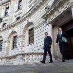 El ministro británico de Economía, George Osborne (Izq.), y el jefe del Tesoro, Danny Alexander, se dirigen a la Cámara de los Comunes, donde expusieron sus prioridades para el próximo presupuesto.