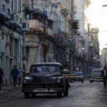 Los turistas podrán utilizar sus tarjetas de crédito y de débito locales en Cuba, pero los bancos estadounidenses aún muestran cautela.