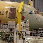 Un Airbus 350 es ensamblado en los hangares de la compañía en Tolouse, Francia. Este año, las aerolíneas del mundo le han encargado 1,328 unidades. foto REUTERS