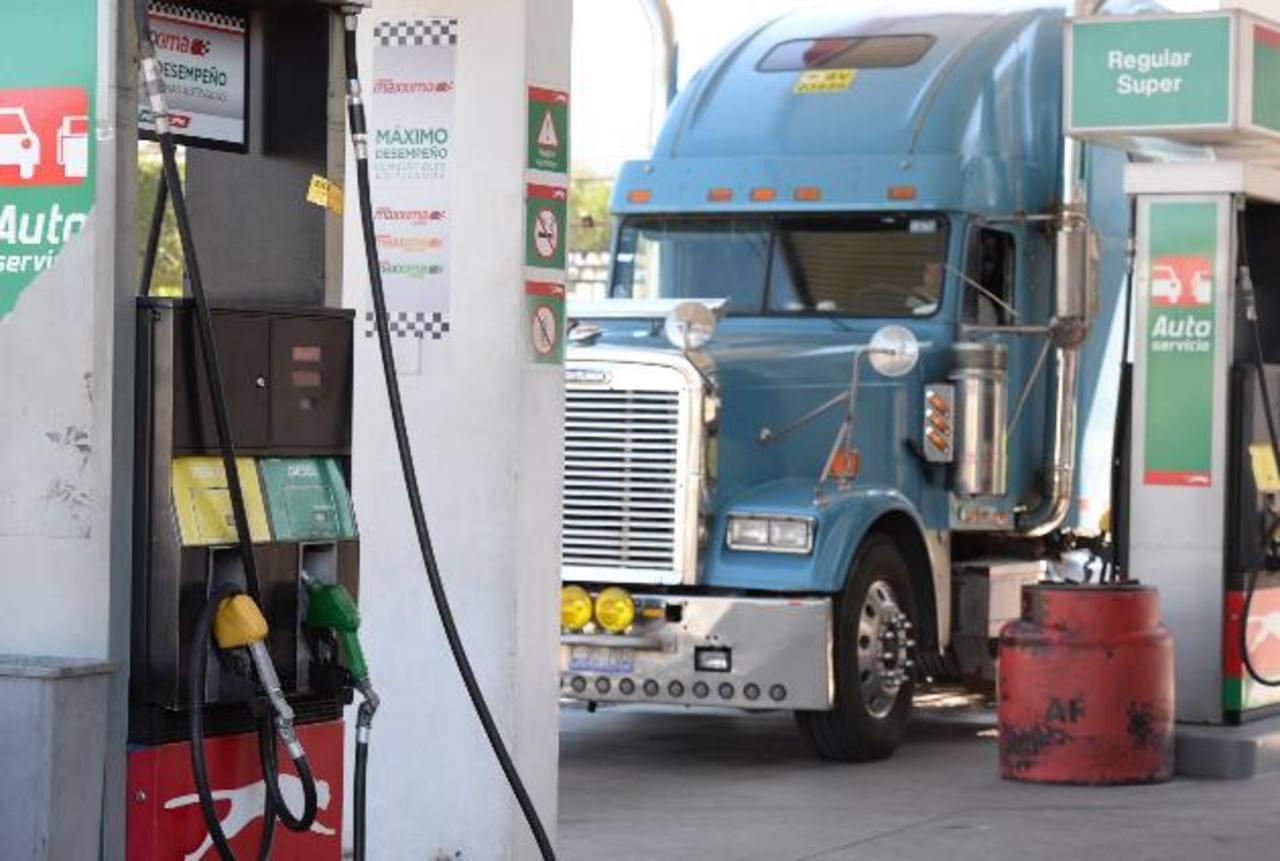 En El Salvador los consumidores se benefician de la baja en precios de combustibles. edh /archivo
