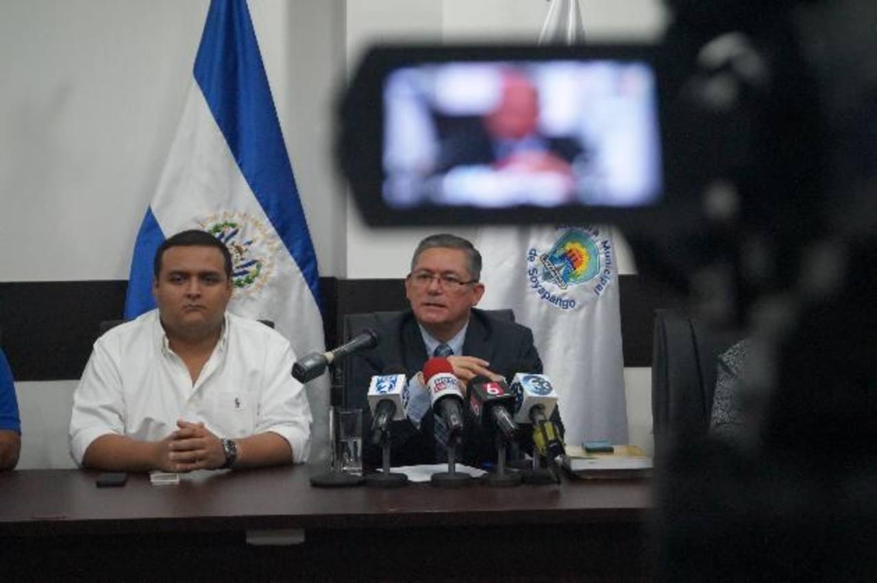 El alcalde Jaime Lindo (derecha) y el síndico municipal José Manuel Molina dieron a conocer los daños económicos ocasionados por la suspensión laboral del sindicato. foto / cortesía.
