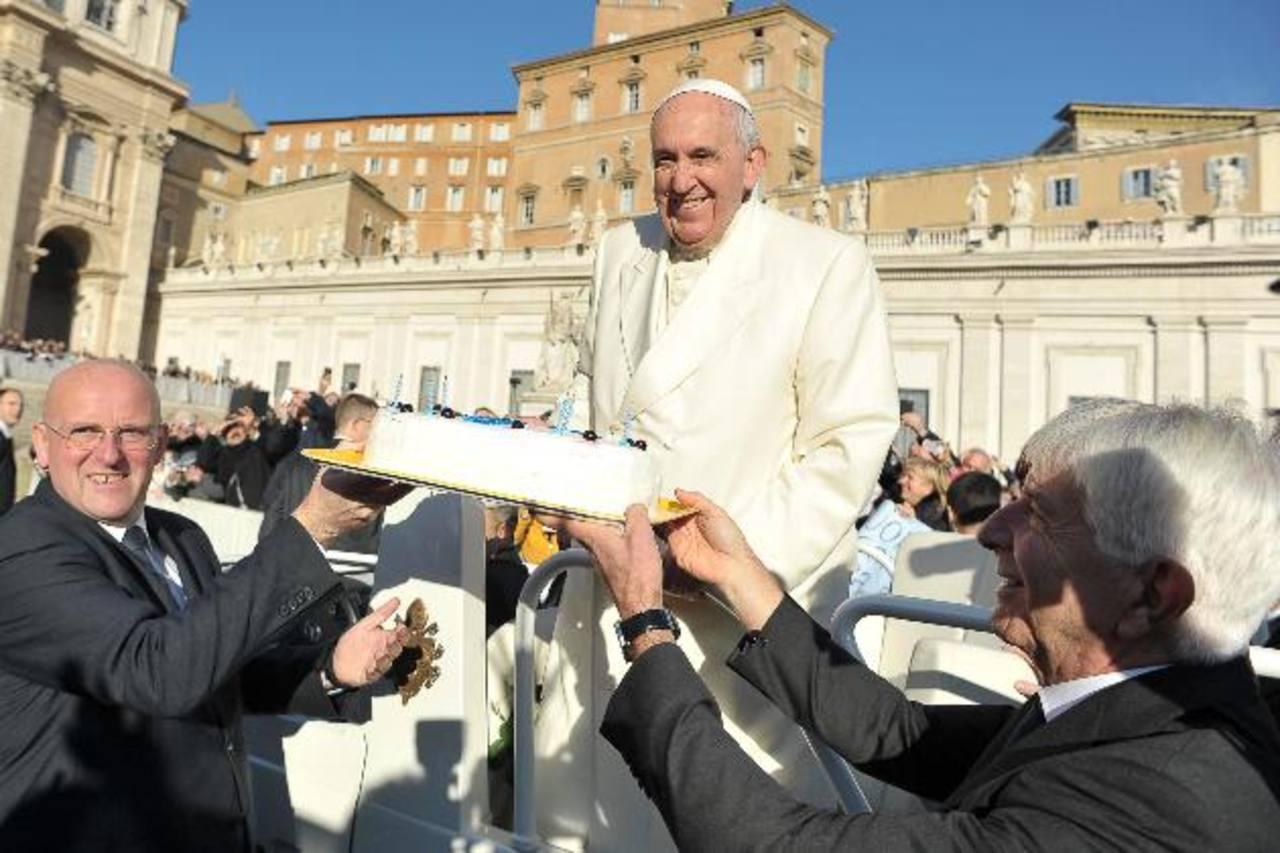 Papa Francisco regaló 400 sacos de dormir a indigentes con motivo de su cumpleaños