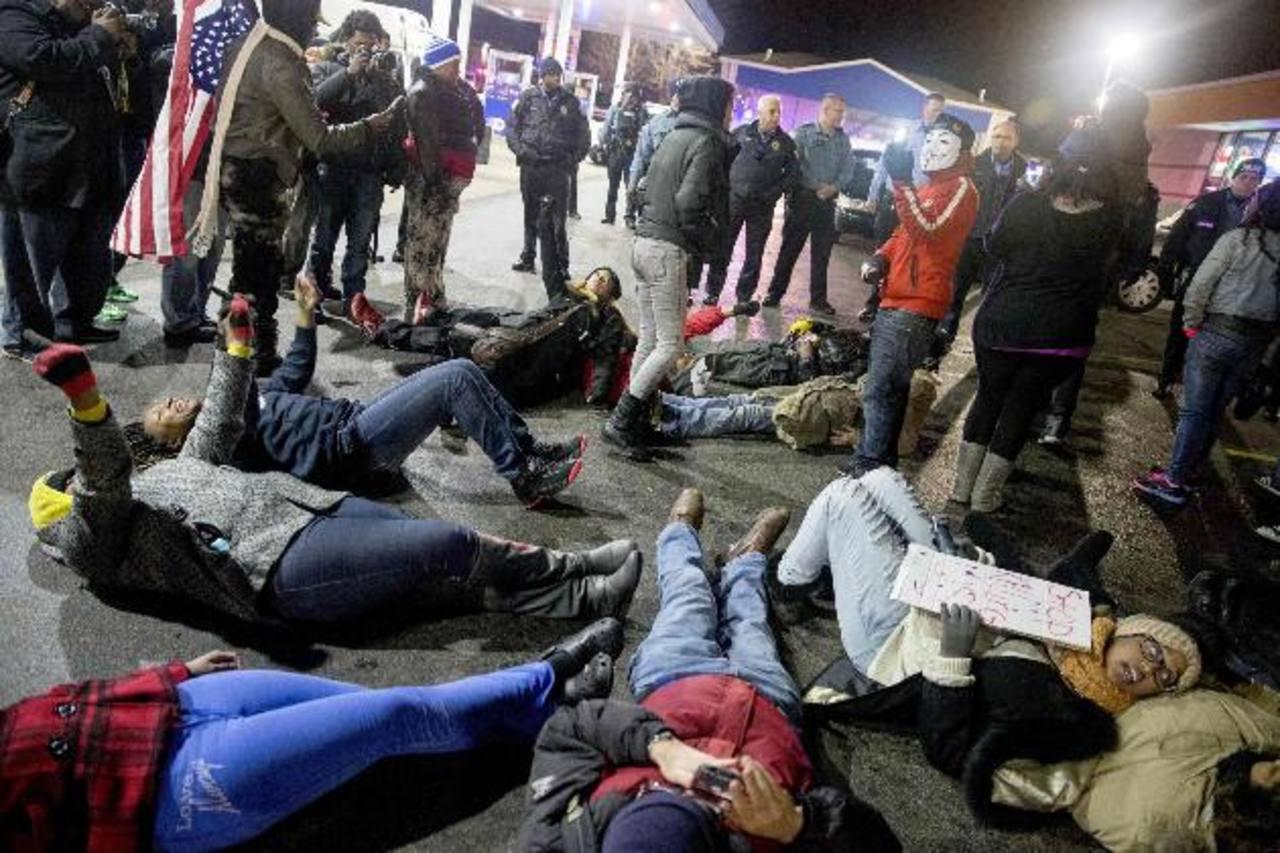 Protesta en la gasolinera en donde del joven de color Antonio Martin, 18, fue tiroteado por un agente. foto edh / reuters