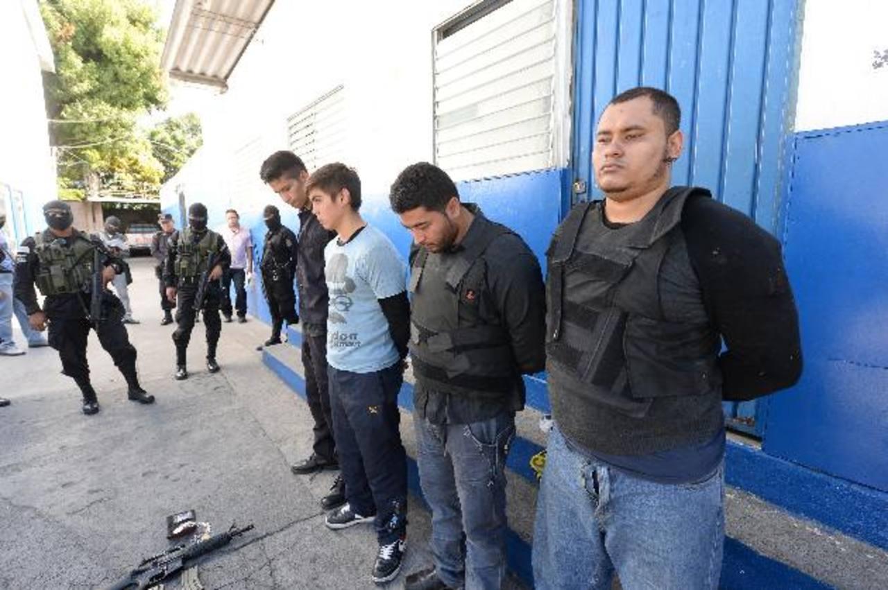 La madrugada del sábado, una patrulla de soldados se enfrentó a balazos con varios pandilleros que vestían como policías en Mejicanos. Hubo siete detenidos y armas incautadas. Foto EDH / ARCHIVO.