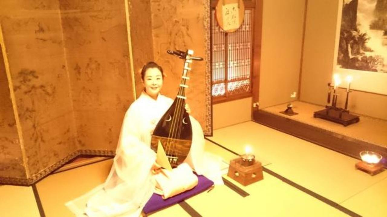 """Akiko Sakurai, una de las máximas representantes de la música japonesa a través del """"Biwa""""."""