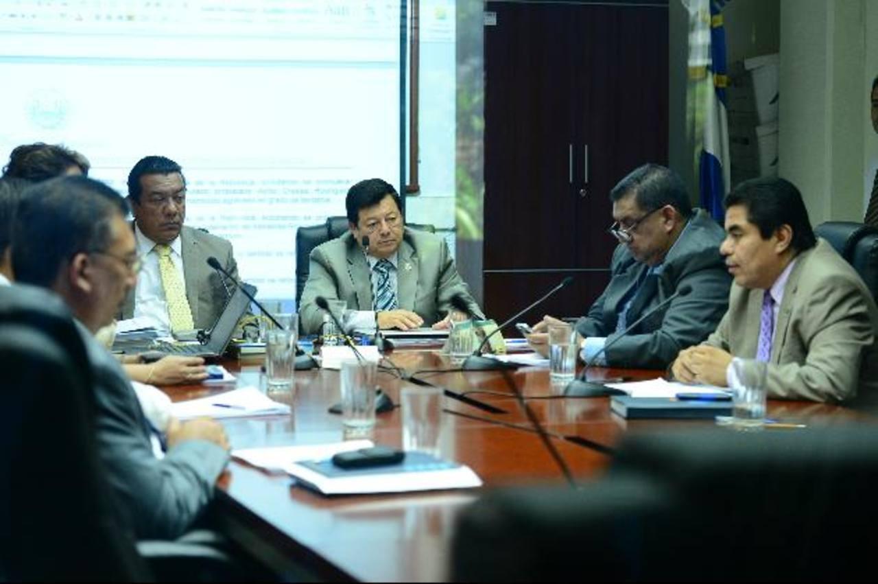 Los diputados de la comisión de Legislación legislativa aún tiene en estudio la Ley de Medios Públicos. foto edh /archivo