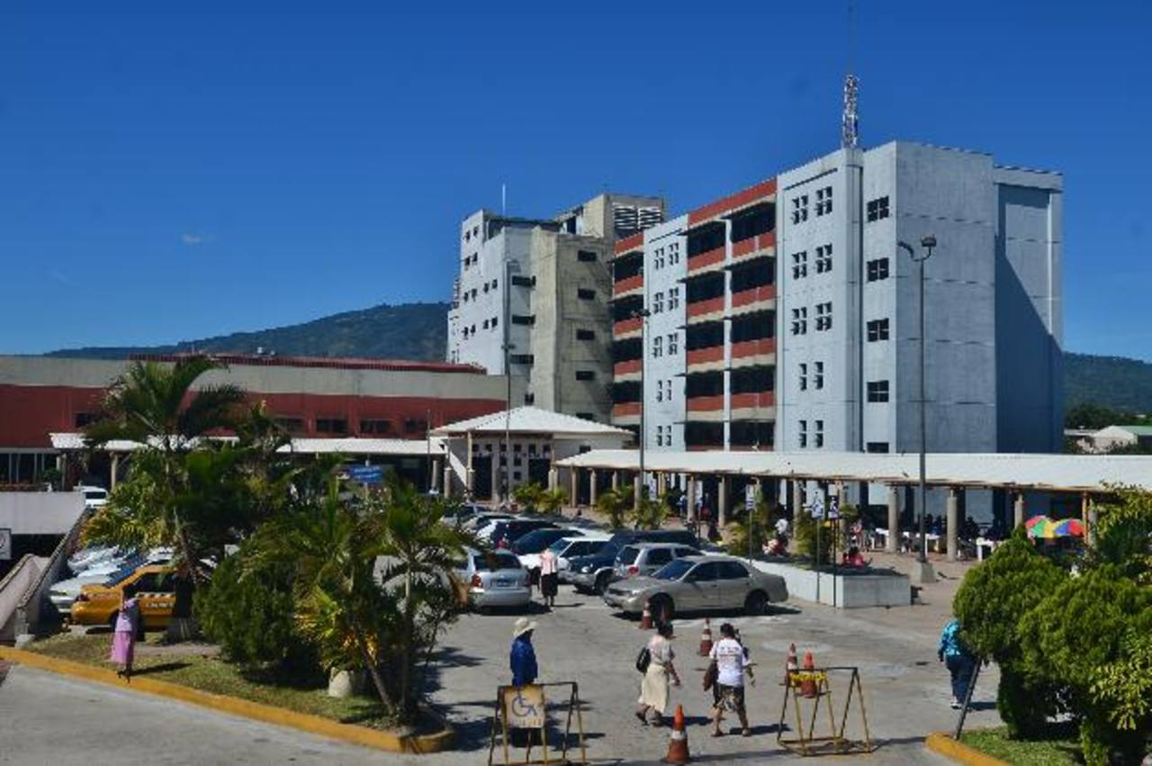 Fachada del Hospital General del Instituto Salvadoreño del Seguro Social (ISSS).