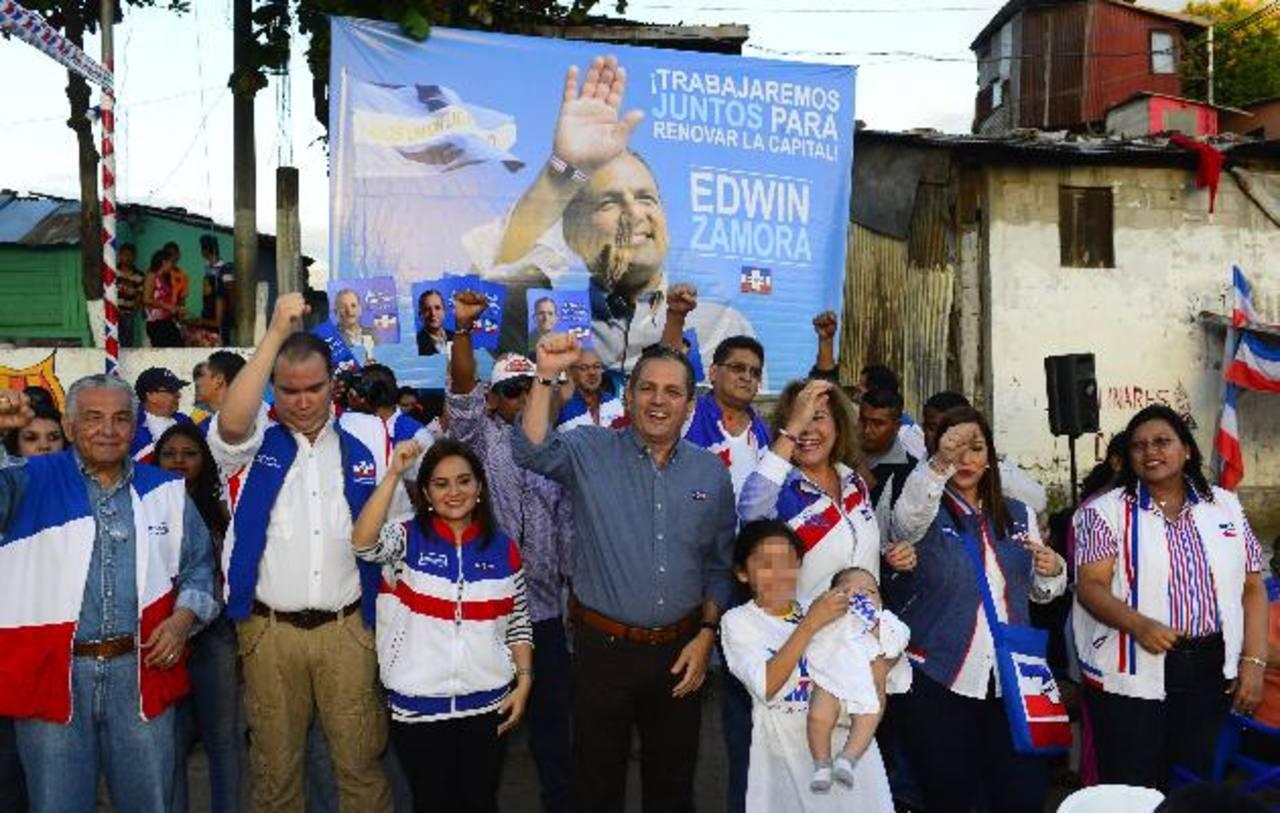 El candidato a la comuna capitalina, Edwin Zamora (al centro) visitó ayer la comunidad Nueva Israel. Foto EDH / RENÉ ESTRADAEdwin Zamora entrega pupusas a los habitantes de la zona, fue acompañado por varios diputados. Foto EDH / RENÉ ESTRADA
