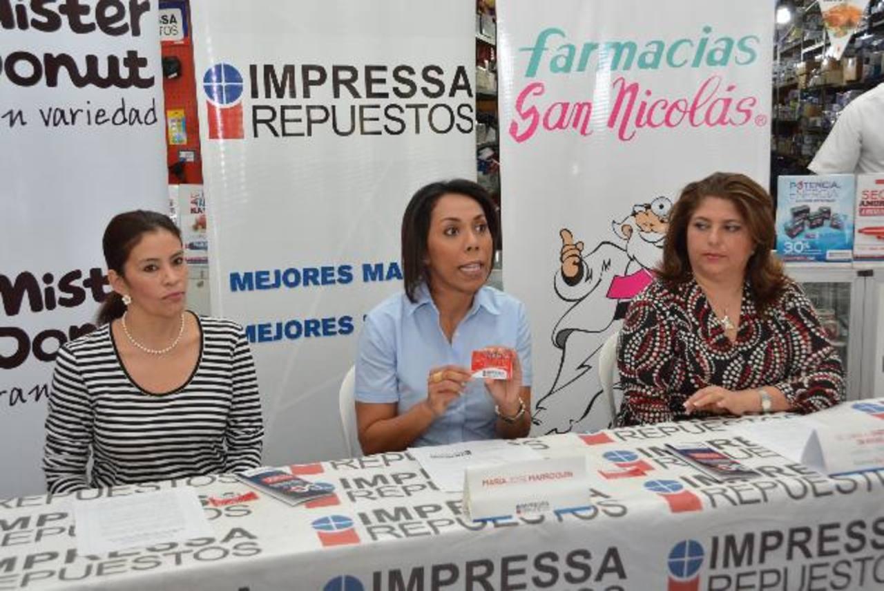María José Marroquín, de Impressa Repuestos (al centro) habló de la tarjeta. Foto EDH / D. Rezzio