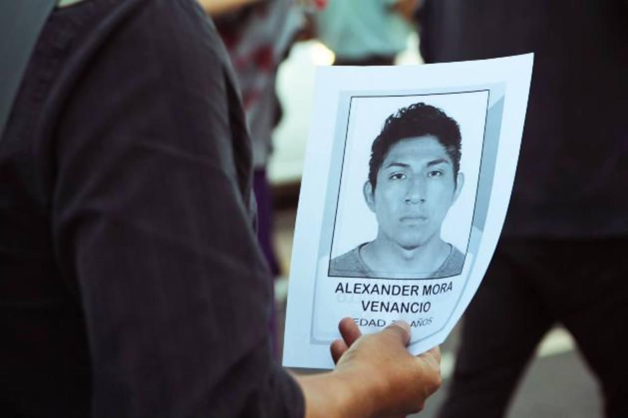 Durante las marchas en México una persona sostiene una hoja con la foto del joven que ha sido identificado. foto edh / Internet