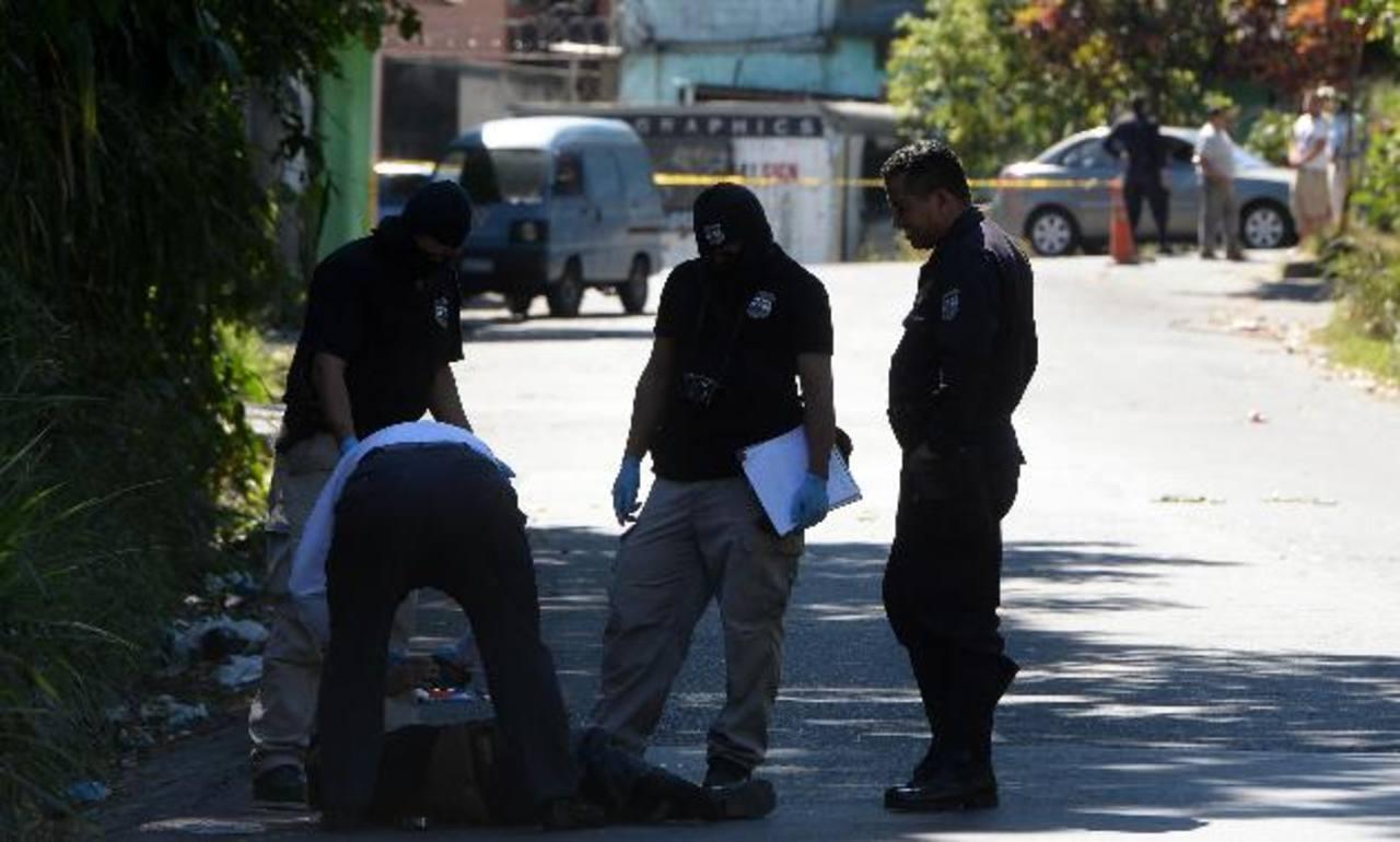 Un supuesto pandillero de la MS fue asesinado en la calle hacia Monte San Juan, en el municipio de Cojutepeque, Cuscatlán. La víctima era un menor de edad. Foto EDH / JAIME ANAYA.