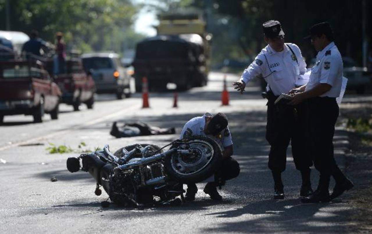 El accidente se produjo en el kilómetro 40 de la autopista al aeropuerto en Comalapa, desvío a San Luis Talpa. Foto EDH/jaime anaya