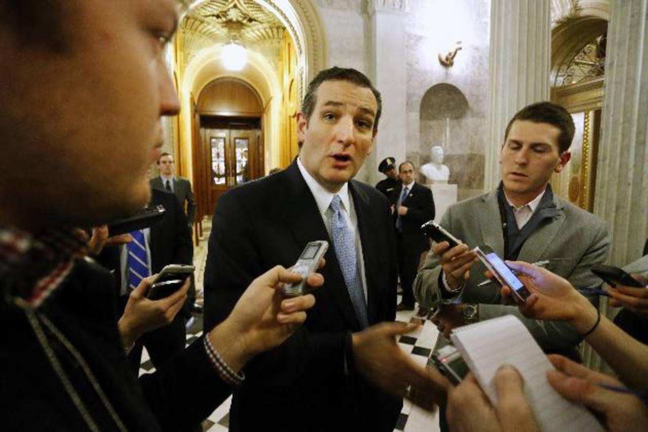El senador estadounidense Ted Cruz habla con los periodistas después de que el Senado aprobó una ley de gastos de 1.1 billones de dólares.