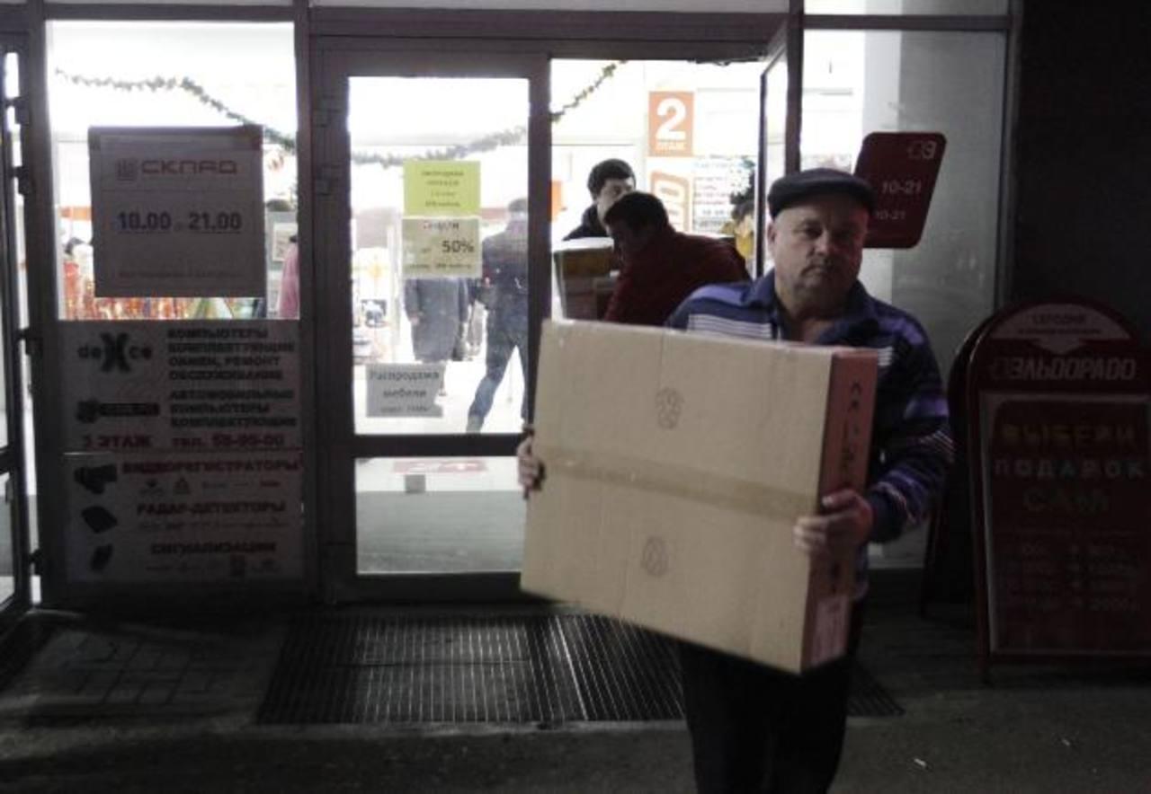 Un ruso sale de tienda de productos electrónicos en la ciudad de Stavropol, anticipándose a posible encarecimiento. foto edh / reuters