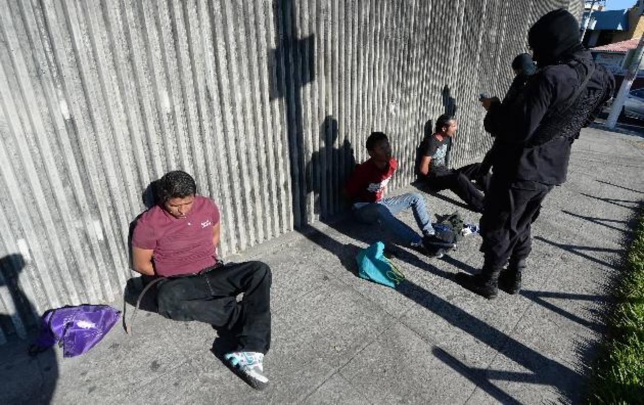 Persisten asaltos a usuarios de bancos y transporte público a pesar de planes policiales