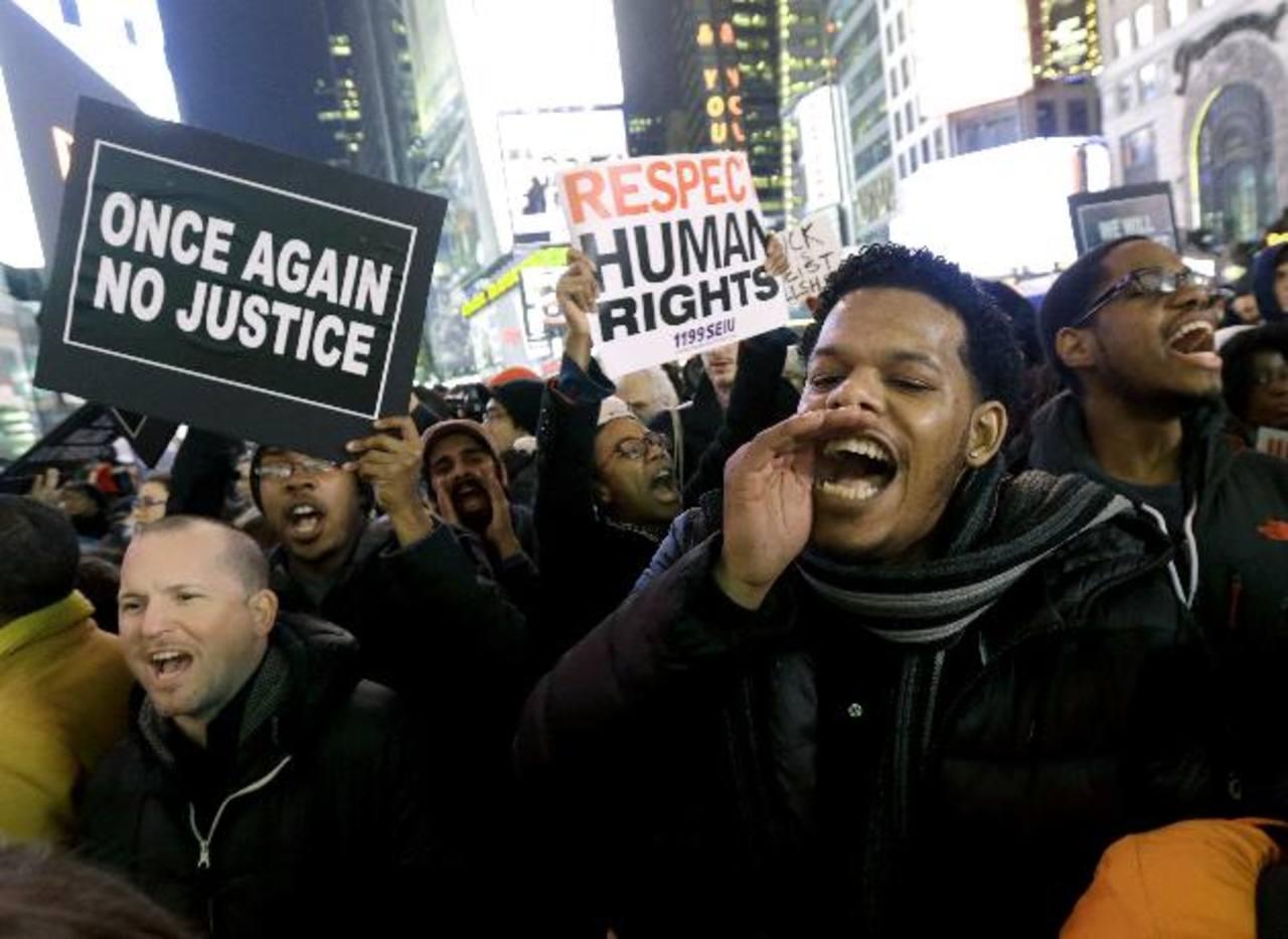 Manifestantes indignados se tomaron Times Square, en una ciudad donde existe tensión entre comunidades minoritarias y la policía.