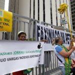 Manifestantes protestan contra la corrupción en la entrada principal de la petrolera estatal Petrobras. foto edh / reuters