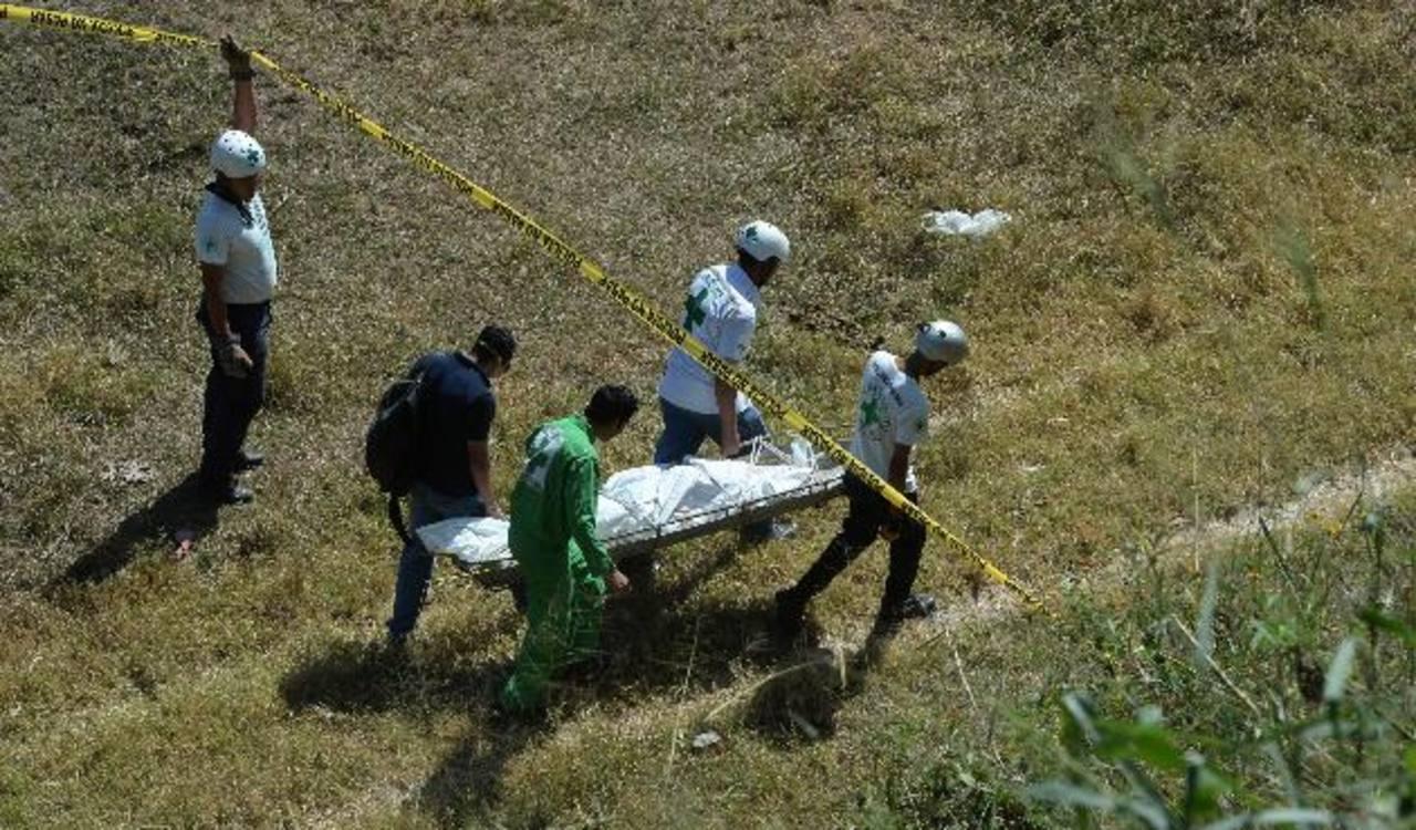 En la colonia Bosques del Río encuentran cadáver de hombre no identificado de entre 45 y 50 años. Foto EDH / Jaime AnayaUn hombre de unos 35 años, según la Policía fue asesinado ayer por la tarde en Cuscatancingo. Foto EDH / Miguel Villalta.