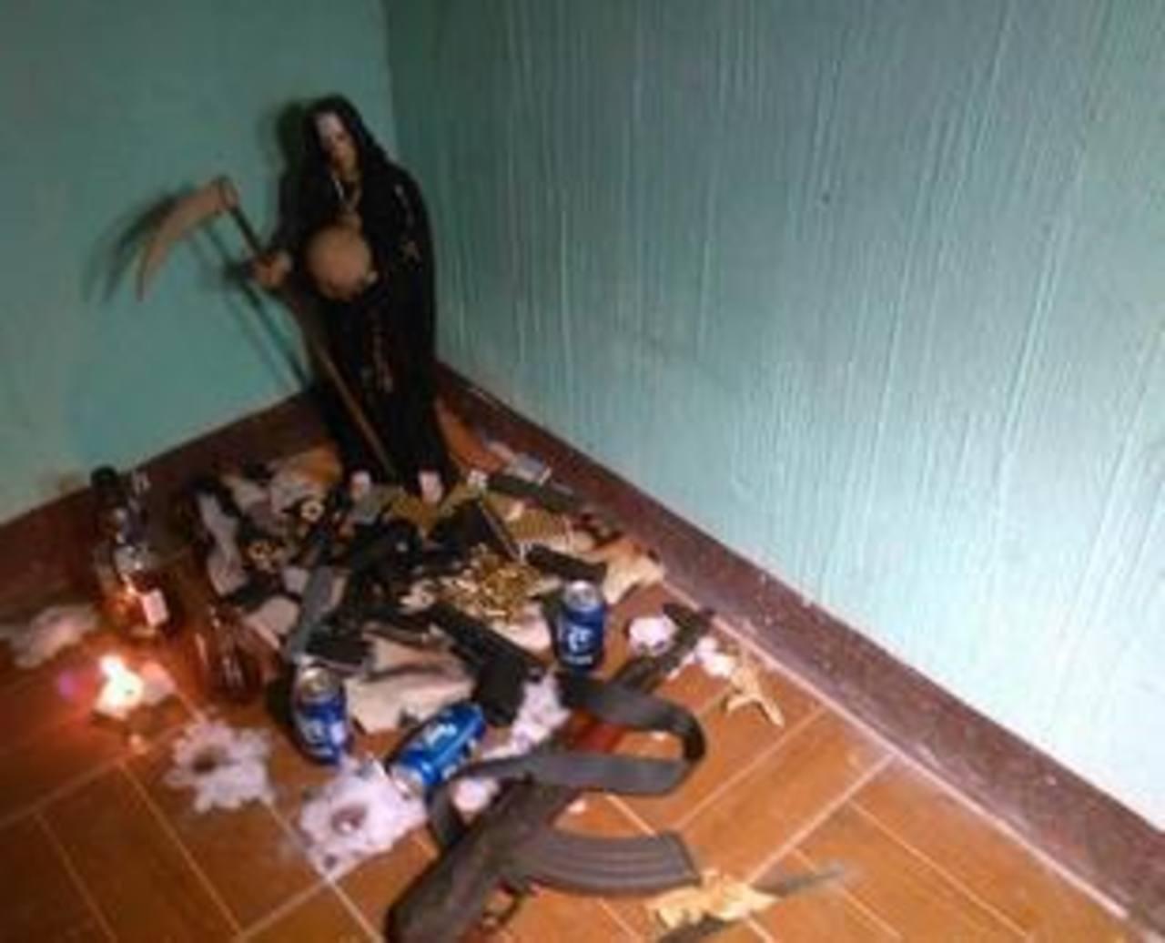 Hallan cadáver, armas y altar satánico en casa de pandilleros en Guatemala